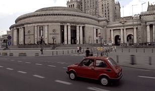 Amerykański dyplomata jeździ Maluchem po Warszawie