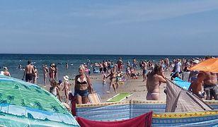Turyści wypoczywają tłumnie na plaży w Dębkach