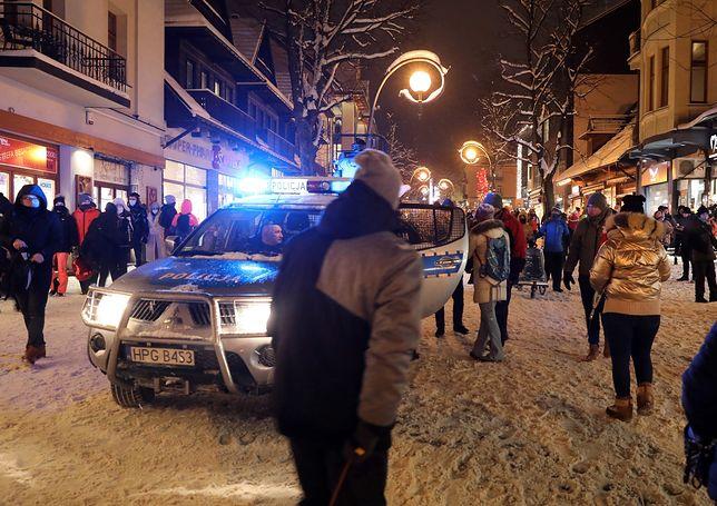 Policyjny radiowóz wśród licznych turystów na Krupówkach w Zakopanem