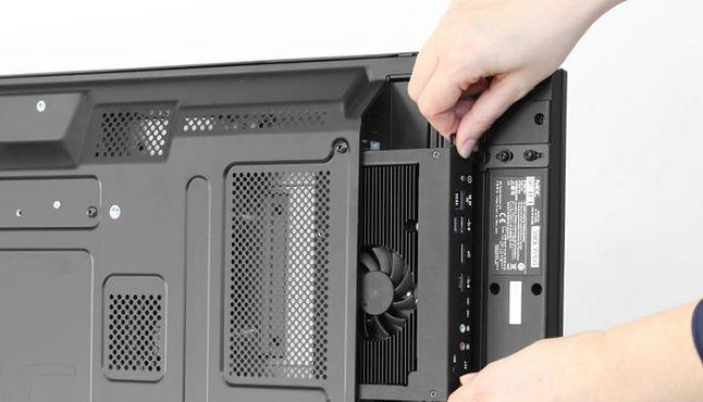 Monitor ze złączem szczelinowym OPS i komputerem PC na karcie.