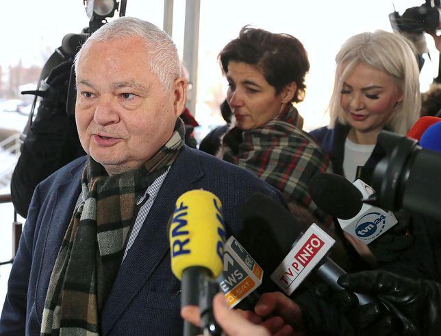 Adam Glapiński, szef NBP, wchodzi z prokuratury w asyście mec. Jolanty Turczynowicz-Kieryłło (w środku)