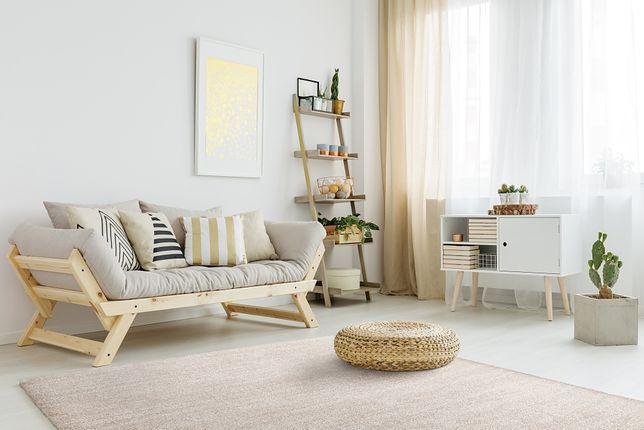 Modny dywan błyskawicznie odmieni wnętrze. Zobacz, jak wybrać ten idealny