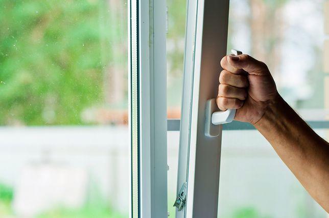 Nie zatykaj otworów wentylacyjnych. Jak wietrzyć mieszkanie nawet podczas chłodu?
