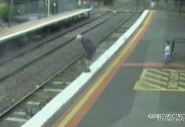 Wózek z dzieckiem stoczył się na tory kolejowe w Melbourne