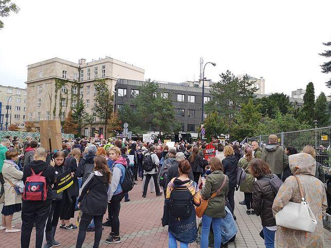 Zwolennicy zakazu aborcji zawiedzeni PiS, feministki atakują Godek. Byliśmy przed Sejmem