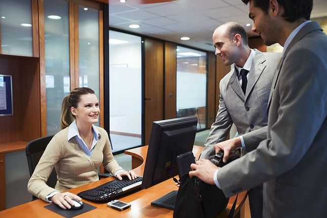 Zamiast zwalniać urzędników, zatrudniają nowych