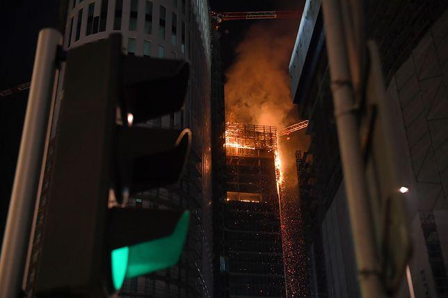 Warszawa. Pożar wieżowca w centrum. Ogień 100 metrów nad ziemią