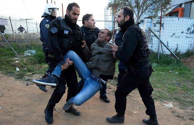Greccy policjanci podczas starć z migrantami niedaleko Salonik w kwietniu 2019 r.