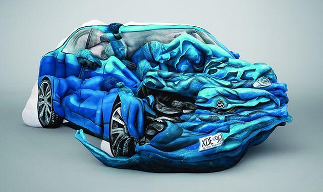 Zwolnij na widok samochodu ułożonego z ciał