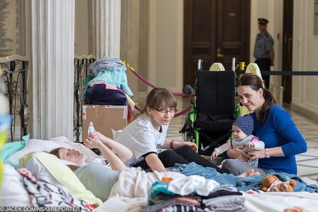 Rodzice i niepełnosprawni protestujący w Sejmie