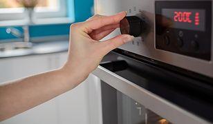 Piekarnik umieszczony nad poziomem blatu zapewnia wygodny dostęp do potrawy i regulacji temperatury