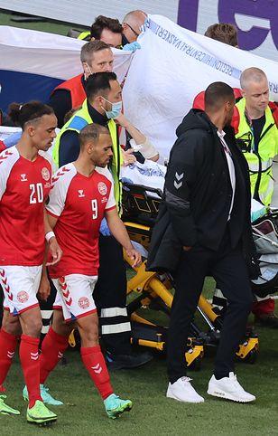 Euro 2020. Christian Eriksen opuszcza boisko na noszach