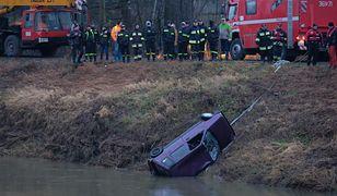 Zdjęcia auta wyciągniętego z rzeki