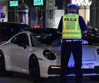 Warszawa. Wstrząsający wypadek na Marszałkowskiej. Sportowe porsche śmiertelnie potrąciło pieszego