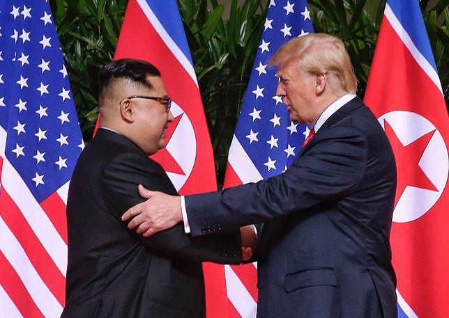 Kim Dzong Un i Donald Trump - historyczny uścisk dłoni