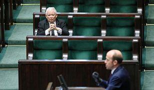 """Politycy podzieleni ws. podwyżek? """"Na pensję Tuska poseł pracowałby 68 lat"""""""
