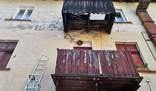 Szklarska Poręba. Pod kobietę załamał się balkon (OSP Szklarska Poręba)
