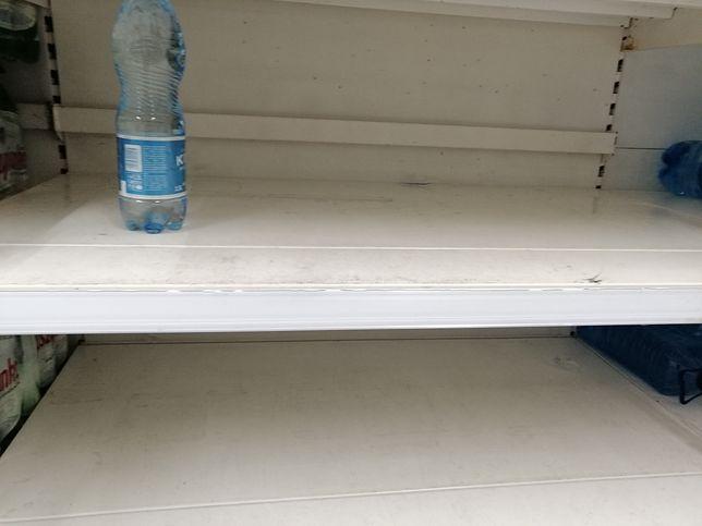 """Puste półki w hipermarkecie Tesco. """"Firma wietrzy magazyny"""""""