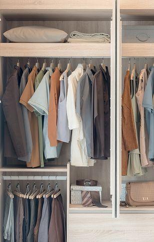 Projekt garderoby powinien pozwolić na zagospodarowanie każdego wolnego skrawka przestrzeni, ale pozostawiać miejsce na swobodne poruszanie się wewnątrz pomieszczenia