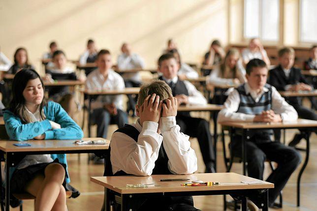"""Burza po wycieku egzaminu gimnazjalnego. """"Zrobili tym młodym ludziom krzywdę"""""""