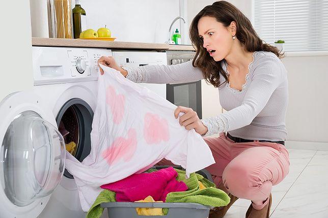 """Trudne plamy, """"gubiące się"""" skarpetki to największe problemy przy robieniu prania"""
