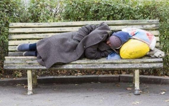 """""""Był tak zziębnięty, że nie mógł nawet wstać"""". Mieszkaniec Pragi apeluje o pomoc dla bezdomnego"""