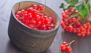Jagody kaliny przypominają nieco owoce jarzębiny