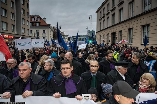 Warszawa. Marsz Tysiąca Tóg, manifestacja w obronie niezależności polskich sądów, 11 stycznia, 2020 r.