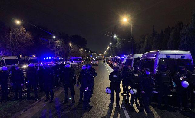 Protest w Warszawie po wyroku TK ws. aborcji. Kordon policji koło domu Kaczyńskiego