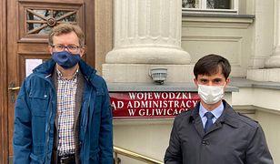 Katowicki radny Patryk Białas (z prawej) wygrał przed sądem.