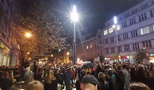 Protestujący ruszyli sprzed biura parlamentarnego PiS-u.