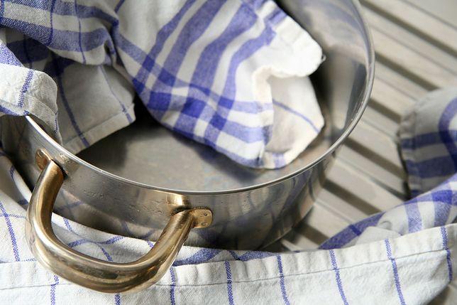 Jak wyczyścić garnki, by lśniły jak nowe? Wcale nie musisz się przy tym namęczyć