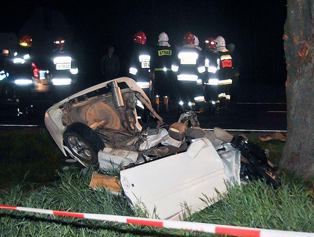 Trzy osoby zginęły, z auta została miazga - zdjęcia