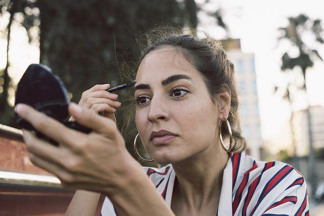 W makijażu dla brunetek istotna rolę odgrywa podkreślenie brwi.