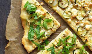 Pizza z cukinią i serem pleśniowym. Przełam włoską klasykę