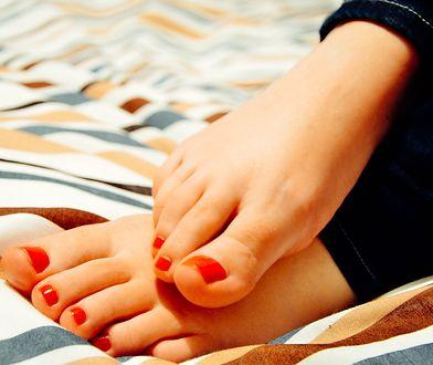 Modne wzorki będą się najlepiej prezentowały na zadbanych paznokciach u nóg