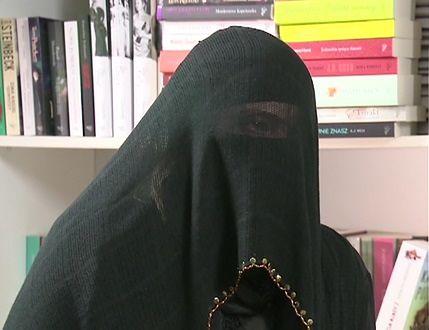 Laila Shukri, udzielająca wywiadu dla TVN