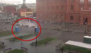 """Toalety przenośne """"zaatakowały"""" przechodniów. Zaskakujące wideo z Moskwy"""