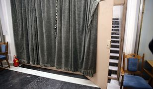 Kotara i płyta paździerzowa- tak wygląda obecnie boczne wejście do Sali Kolumnowej