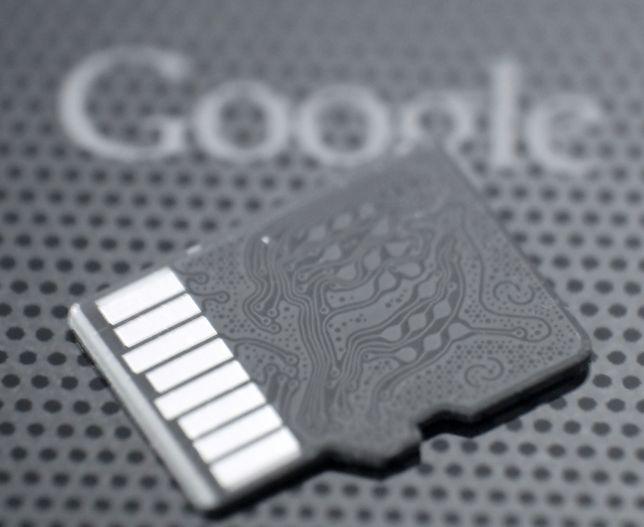 Na kartach trzymane są prywatne dane