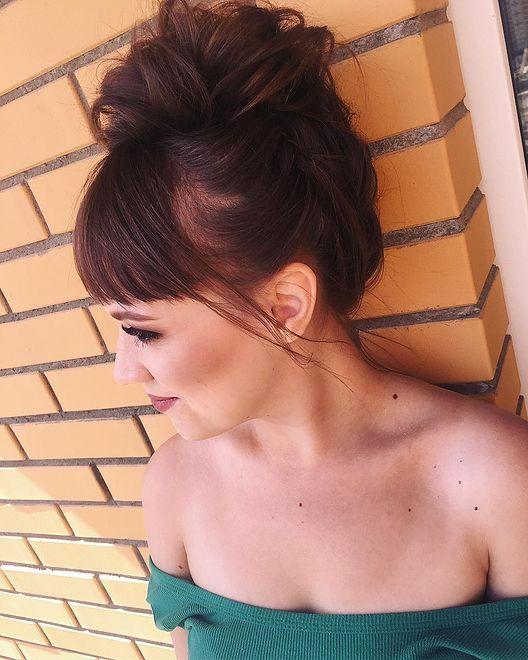 Spośród fryzur dla okrągłej twarzy zdecydowanie wygrywają upięcia