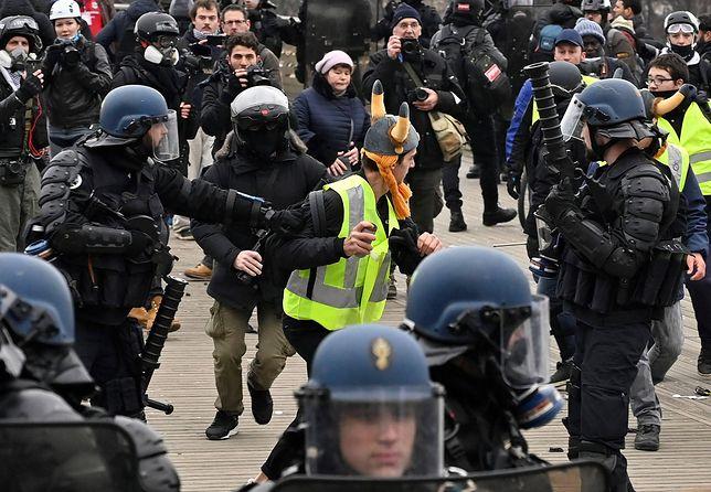 """Francuska policja interweniuje. Jest zakaz dla """"Żółtych Kamizelek"""""""