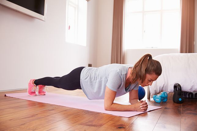 Plank należy do najskuteczniejszych ćwiczeń na brzuch, które można wykonać bez sprzętu w domu