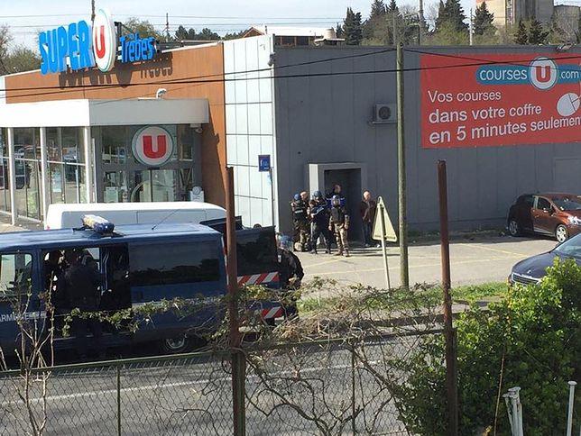 Według francuskich mediów, w zamachu zginęły dwie osoby
