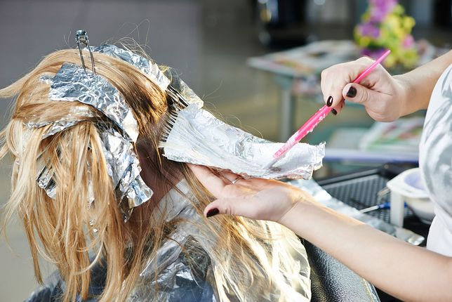 Pieczarkowe włosy to hit tego sezonu. Zobacz, jak wygląda mushroom blonde
