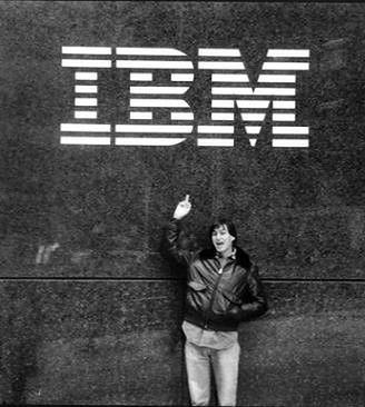 Jobs w marcu 1983 roku pod siedzibą IBM. Z pewnością nie przewidywał, że w 2016 roku IBM będzie największym klientem korporacyjnym Apple.
