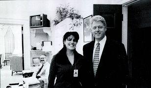 Monica Lewinsky u boku Billa Clintona w trakcie swojego stażu w Białym Domu w 1995 roku.