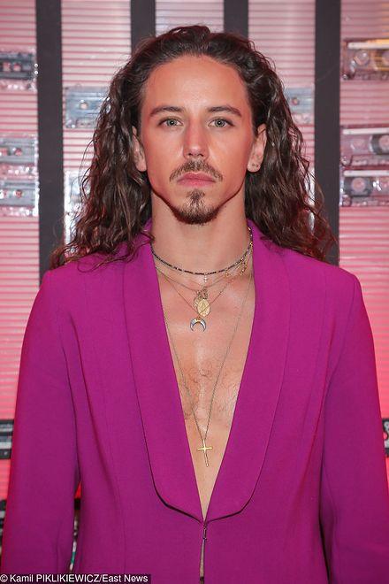 Michał Szpak w różowym garniturze