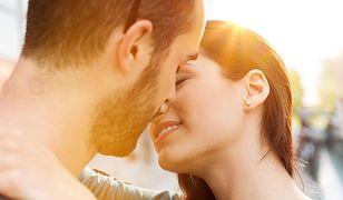 Podczas całowania wszyscy robimy tak samo jedną rzecz! Naukowcy wiedzą dlaczego