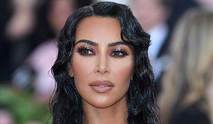 Kim Kardashian niedawno przyznała się do tego, że od ponad dekady stosuje kosmetyki do zakrywania blizn po łuszczycy